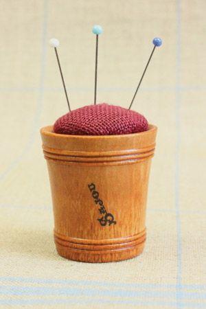 Hornbeam wooden pin cushion - Dark red linen by Sajou